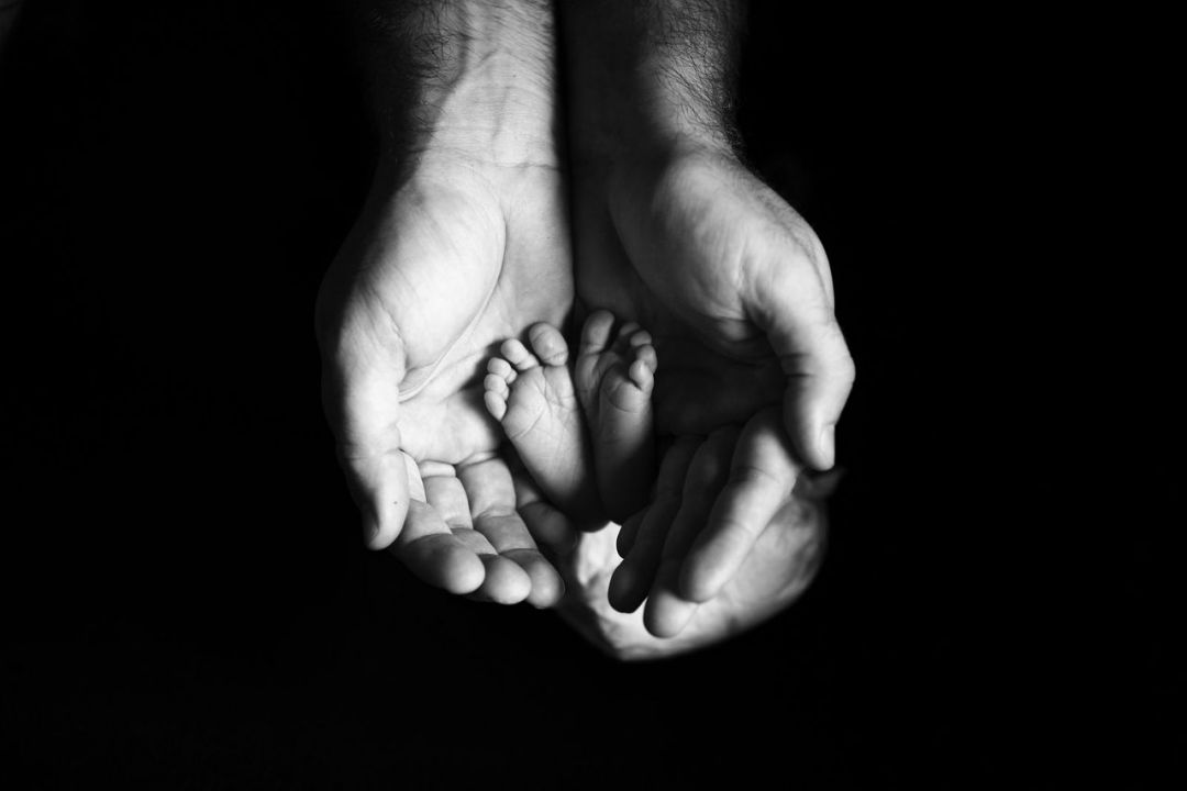 Les pieds dans les mains de papa